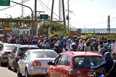 Comerciantes encarnacenos reclaman mayores puestos de control para agilizar tráfico fronterizo
