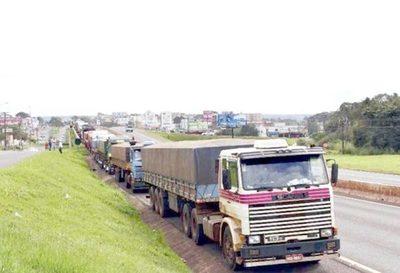 Camiones varados en la frontera entre Paraguay y Brasil: culpan a la precariedad de la infraestructura de Puertos