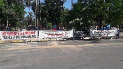 Funcionarios lambareños frente al Congreso exigen a Diputados la intervención de la Municipalidad