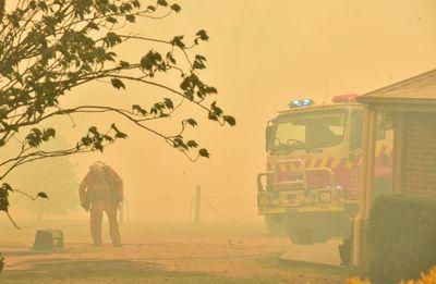 El calor aviva el fuego en Australia y declaran estado de emergencia en el sureste