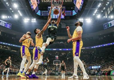 Antetokounmpo y Bucks desbancan a Lakers del liderato