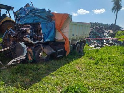 Choque frontal entre camiones deja una víctima fatal