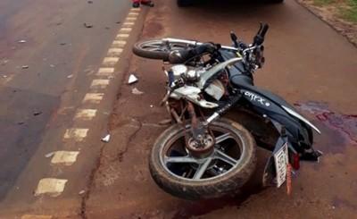 Joven motociclista muere tras embestir contra camión