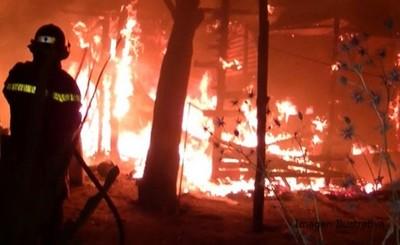 Incendio consume una casa por completo