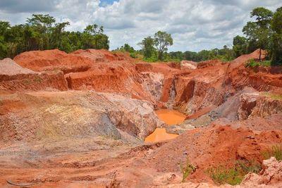 Mineros marchan en repudio a revocación arbitraria de contrato