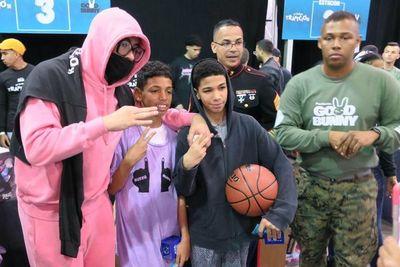 Bad Bunny entrega juguetes a niños de Puerto Rico