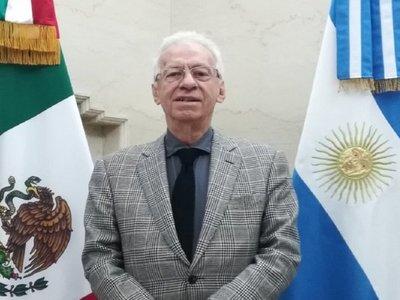 Renuncia embajador de México que fue acusado de robar un libro