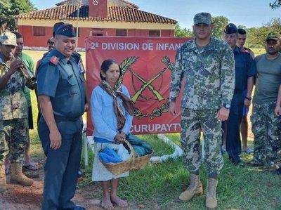 Militares entregan aguinaldo a humilde abuelita