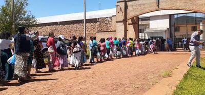 Larga fila en cárcel de Pedro Juan para visitar a parientes antes de Navidad