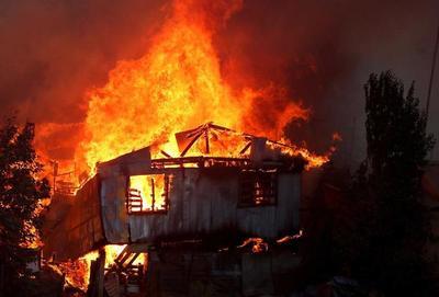 Unas 150 casas destruidas por voraz incendio que continúa activo en Chile