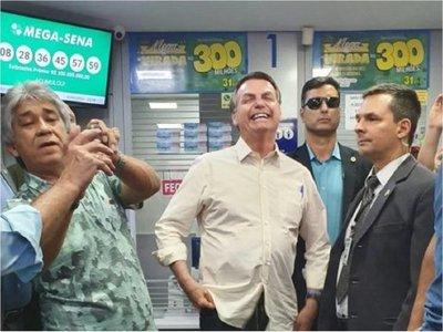 Bolsonaro interrumpe reposo médico para apostar en la lotería
