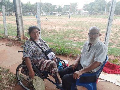 Desamparada, pareja aguarda ser asistida frente al Hospital Regional de Luque