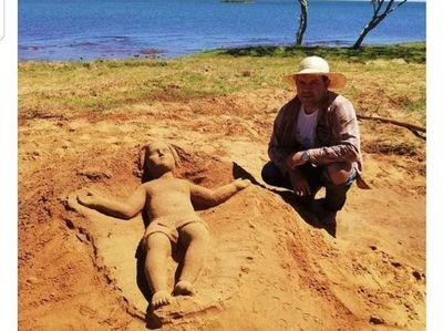 Una imagen del nacimiento de Jesús adorna la playa de San Cosme