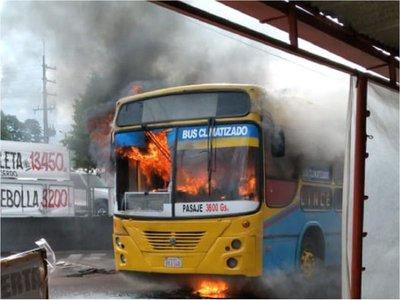 Ómnibus de la Línea 26 se incendia por completo en Ñemby