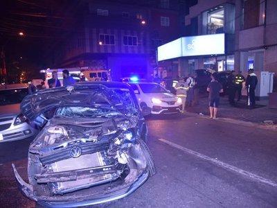 Huyó de un control y chocó contra Uber que llevaba pasajero