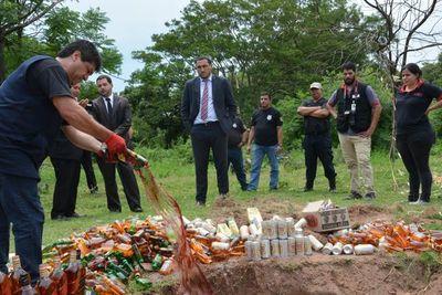 Destruyen bebidas alcohólicas incautadas en Tacumbú