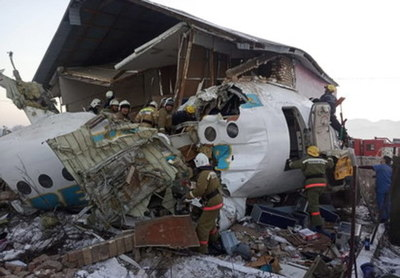 Al menos 12 muertos en un accidente de avión de pasajeros en Kazajistán