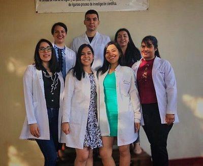 Egresan nuevos médicos en la UNE