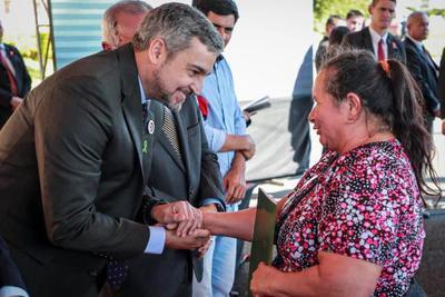 Jefe de Estado entrega títulos de propiedad, obras viales y viviendas