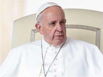 Papa pide perdón por reprender a una fiel que le agarró en el Vaticano