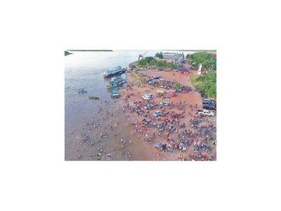 Miles  aplacaron el  calor en aguas del río Paraguay