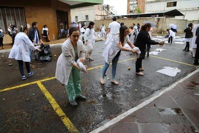 Médicos critican al gobierno e inician protestas escalonadas