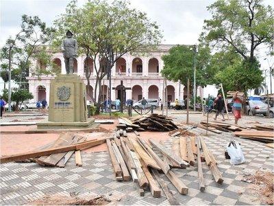 Damnificados deben abandonar la plaza Juan de Salazar y el cerro Lambaré