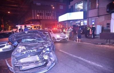 HOY / Ebrio huyó de control, cruzó luz roja y chocó contra auto