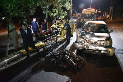 De contramano, automóvil choca a motociclista y ocupantes huyen a pie