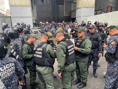 Policía impide a Guaidó y otros diputados entrar al Parlamento