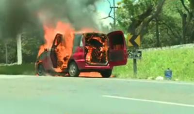 Vehículo se incendia en el cerro Caacupé