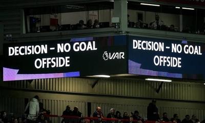HOY / En UEFA opinan que el VAR no debe intervenir en fueras de juego 'extremos'