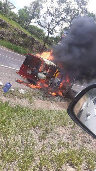 Vehículo fue consumido por fuego en Cerro de Caacupé