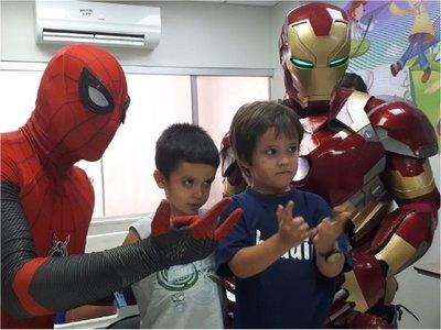 Iron Man y Hombre Araña visitan a pacientes del IPS por Reyes Magos