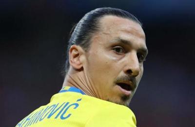 Hinchas finalmente derribaron la estatua de Zlatan a horas de su debut en el Milan