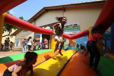 Festejo por el día de Reyes Magos en hospitales y centros comunitarios