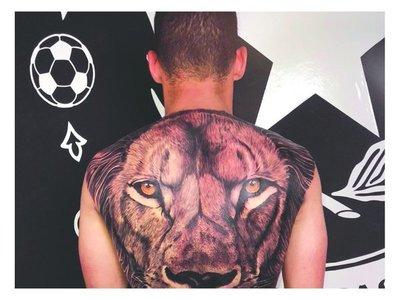 Un feroz león protege la espalda del Cachorro
