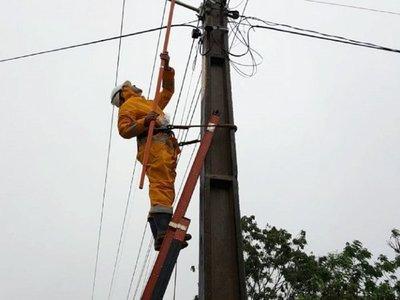 Varios usuarios siguen sin energía eléctrica tras temporal
