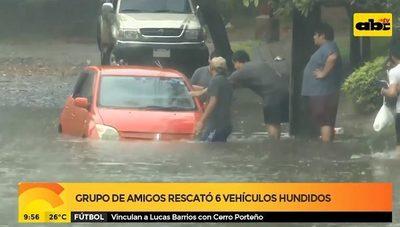 Vecinos rescatan vehículos que quedaron bajo agua