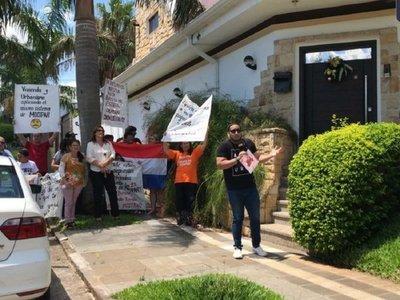 Caso Mocipar: Afectados se manifestaron frente a casa de propietario