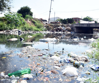 Fueron captados arrojando basura al arroyo
