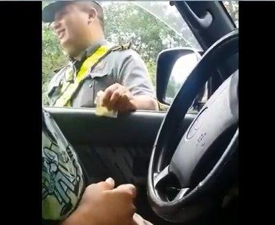 Director de Caminera insinúa que tendieron trampa a inspector coimero