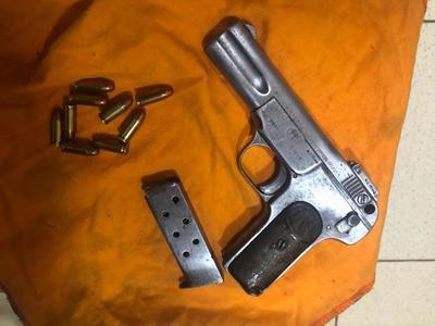 Incautan una pistola con municiones en la baldosería de Tacumbú