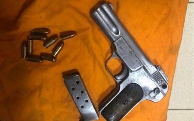 Gardiacárceles incautan pistola dentro de Tacumbú