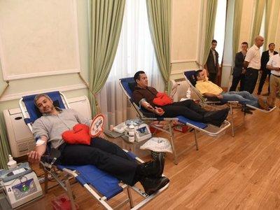 Mario Abdo dona sangre ante stock crítico en bancos de sangre