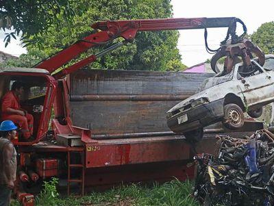 Retiran vehículos abandonados en sedes de Patrulla Caminera y eliminan criaderos