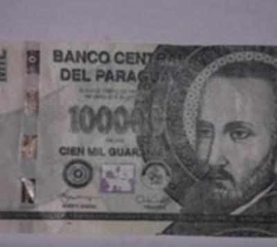 Detienen a presunta falsificadora de billetes