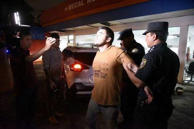 Detenidas tres personas por arrojar cerveza a patrullera y resistirse a control