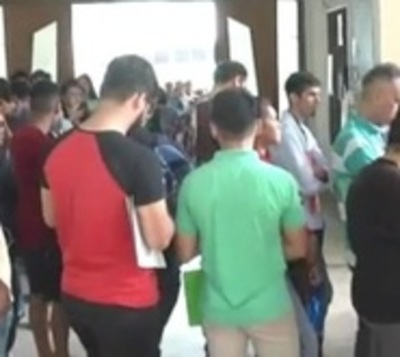 Metros de fila de ciudadanos buscando empleo