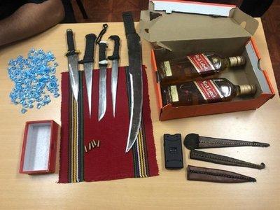 Encuentran armas blancas, alcohol, supuesta droga y balas en Tacumbú